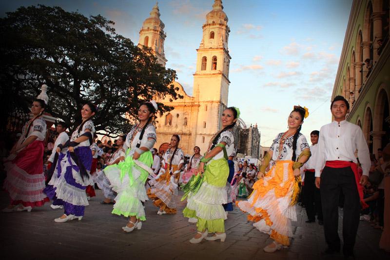 Participantes del carnaval de Campeche desfilan por la ciudad