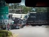 VIDEO: AFICIONADO CAPTA MOMENTO EN QUE TREN SE IMPACTA CONTRA CAMIÓN