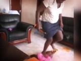 ¡INDIGNANTE! VIDEO MUESTRA A NIÑERA DANDO PALIZA A BEBÉ EN UGANDA