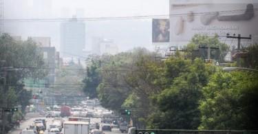 CIUDAD DE MÉXICO, 15ABRIL2016.- Un cielo despejado se pudo observar en la capital a pesar de la mala calidad del aire que se ha registrado durante los últimos años. Al poniente de la ciudad se observa la masa de contaminantes provocada por el caos vial. FOTO: DIEGO SIMÓN SÁNCHEZ /CUARTOSCURO.COM